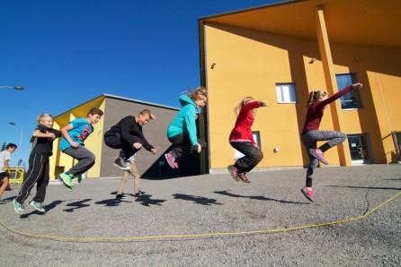 Kuva 11. Hyppivät lapset